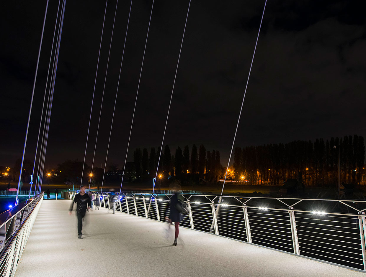 Christchurch Bridge ensures a safe passage, dramatically improving sustainable mobility in Reading while enhancing nocturnal skyline