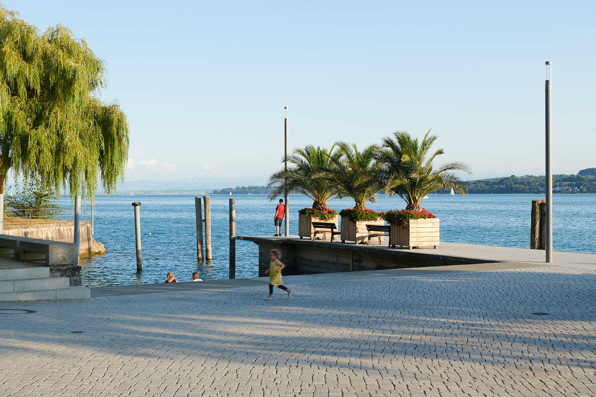 The refined aesthetic design of the Shuffle discreetly integates the lakeside Seepromenade on Lake Constance