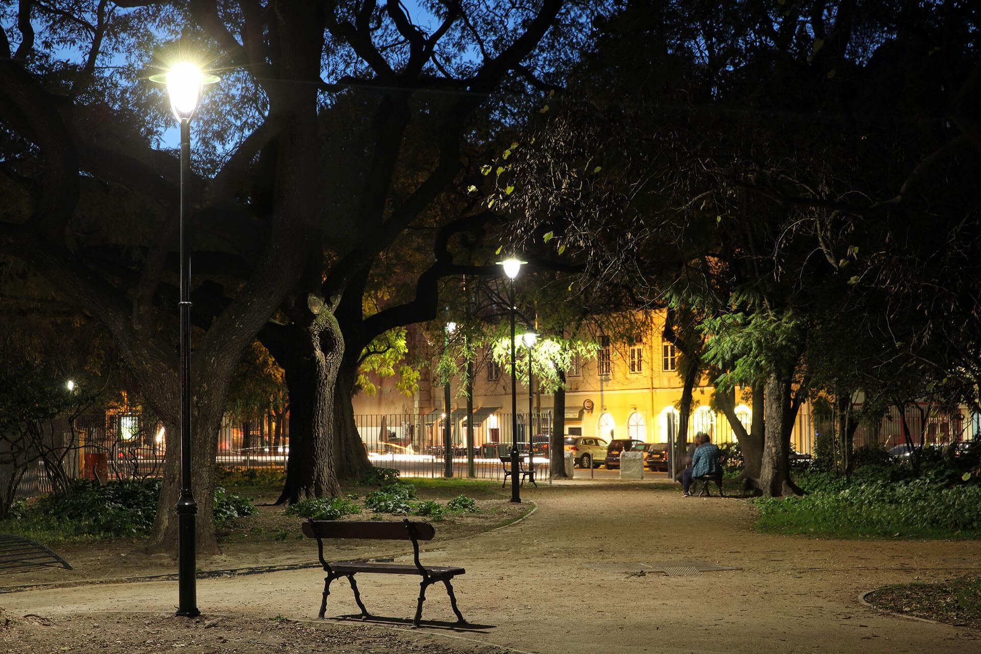 Albany LED recreates the classical feel that the city of Lisbon wanted to give to the Largo de Santos area by night
